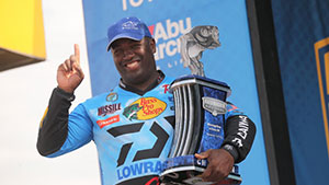 Ish Monroe beats out Jacob Powroznik to win the Mississippi River Bassmaster Elite.